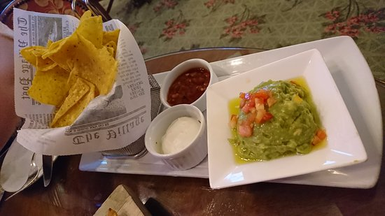 Jasmine Cocktail Bar & Lounge: Guacamole with chips, Chips are not fresh and taste awful too!!