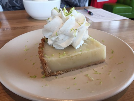 King of Prussia, Pensilvania: Vegan Key Lime Pie with vegan whipped cream (coconut cream). You will not believe this is vegan!