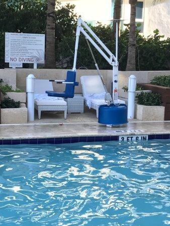 Surfside, FL: DAWN TO DUSK, el anochecer era a las 21 horas sra Melisa
