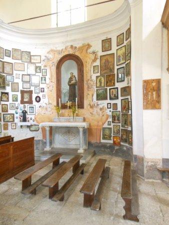 Cravagliana, Italy: Le pareti ricoperte da ex voto a testimonianza di fatti accaduti e conclusi nel migliore dei mod