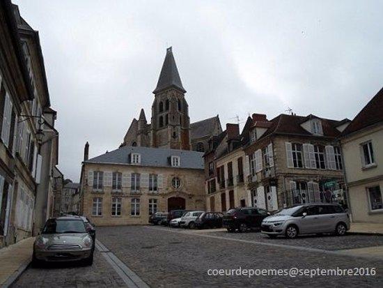 Clermont, فرنسا: L'église vue de la place de l'Hôtel de ville.