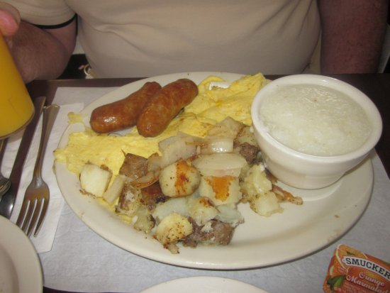 Croydon, Pensilvania: Scrambled Eggs with Breakfast Sausage, Hash Brown Potatoes & Grits