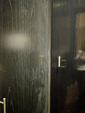 Savoy Hotel: Poeira atrás da porta do quarto