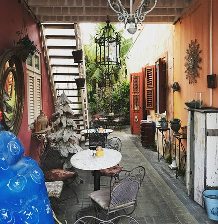 Pietermaai Boutique Hotel: This is the restaurant nearby hotel - super quaint and they have live music and dancing.