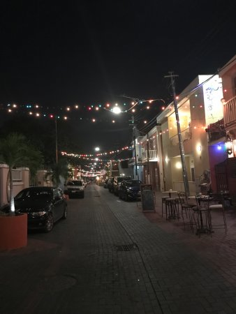 Pietermaai Boutique Hotel: The street at night