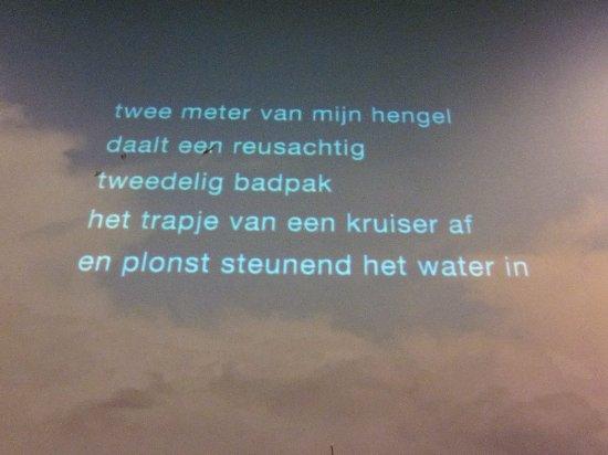 Leeuwarden, Países Bajos: gedeelte van een gedicht, geprojecteerd op de muur.