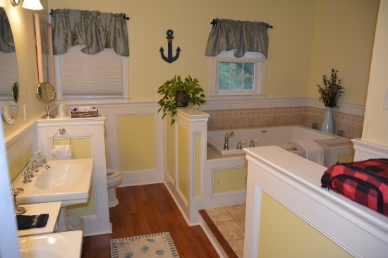 Brewster, MA: Lewis Bay Light Suite bathroom.
