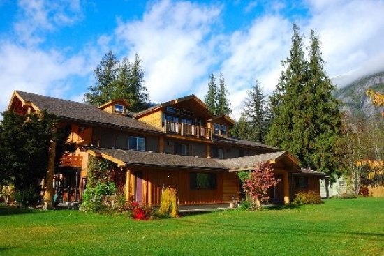 Bella Coola, Canadá: A beautiful setting that invites relaxation and enjoyment.
