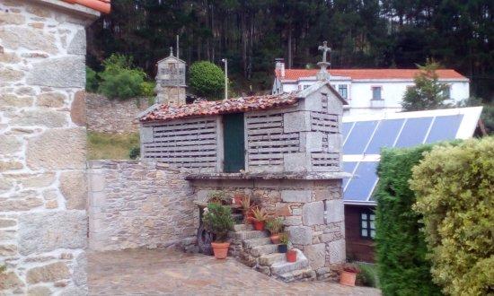 casa da sebe: Horreo y cabaña al fondo