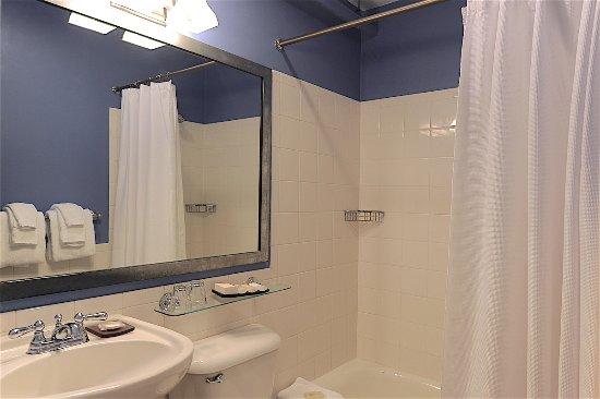 Harborside Inn: Full bath with tub/shower combination