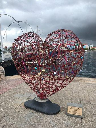 Königin-Emma-Brücke: Pound Love Heart