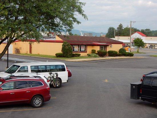 Red Roof Inn & Suites Herkimer: Dennys restaurant right across parking lot