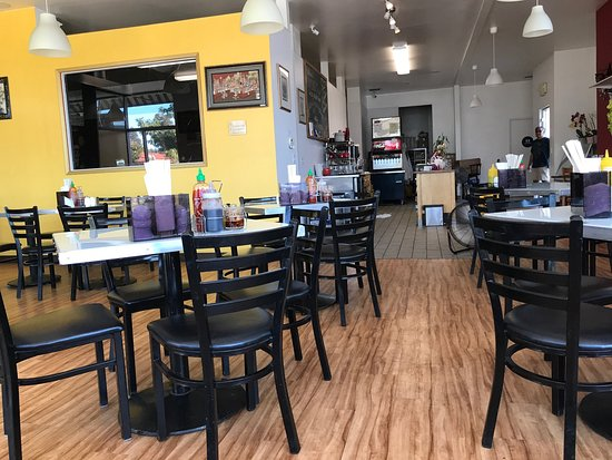 Castro Valley, Kalifornien: Empty restaurant at dinner time and a flavorless bowl of noodles and hard wontons
