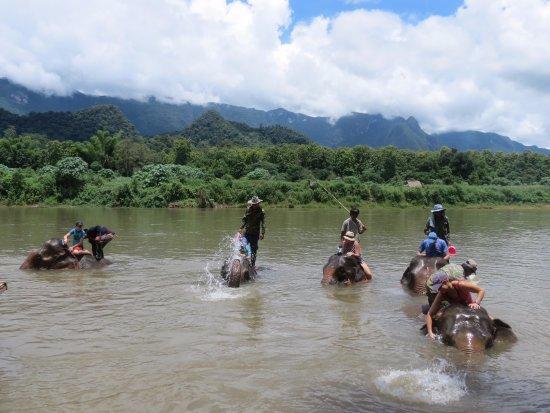 Ban Xieng Lom, Laos: Bath time !