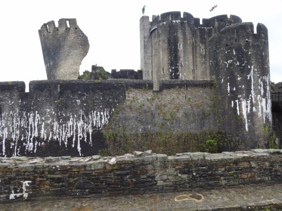 Caerphilly, UK: The ruined South East Tower, leaning probably due to subsidence