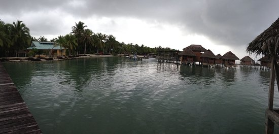 Isla Bastimentos, Panamá: Overlooking the bungalows and the main office, dining areas.