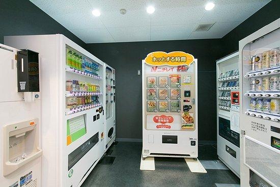 Kosai, Japan: ドリンクの自動販売機をはじめカップ麺やおつまみ等夜食の販売もしております。