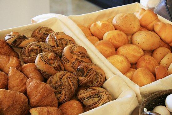 Kosai, Japan: 無料朝食バイキングでは毎日焼きたてパンをご用意しております。