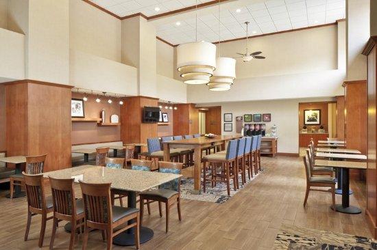 Smithfield, RI: Breakfast Seating Area