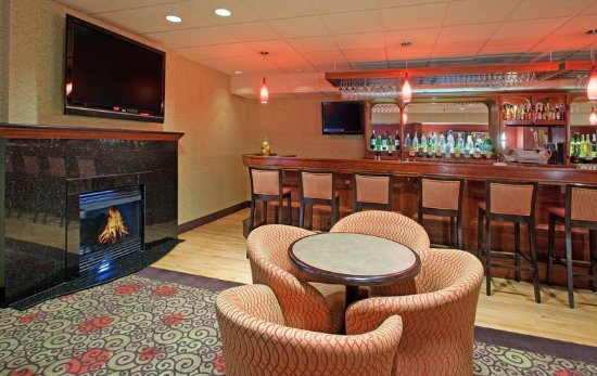 Holiday Inn Portsmouth: Sip a cocktail at Port City Pub Portsmouth