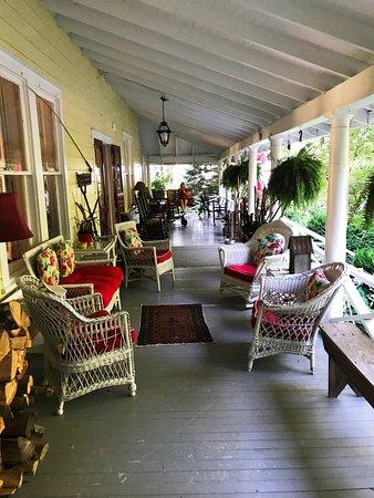 Saluda, Carolina del Norte: My wife LOVES wrap around porches.