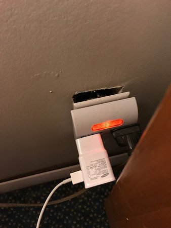 Serendipity Inn: Several outlets in the room looked like this. Very unsafe.   Wifi was a joke too