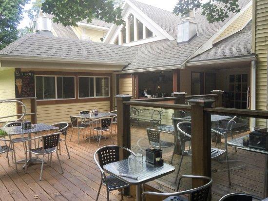 Chatham, Estado de Nueva York: Partial view of large outdoor patio