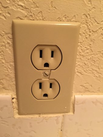 Alpine Rivers Inn: Broken Bathroom Outlet