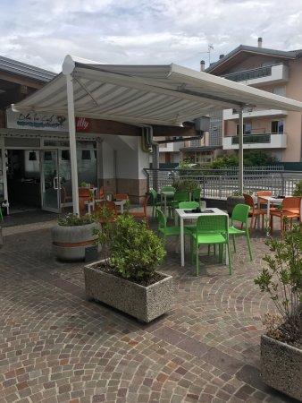 Ravina, Italie : Terrazza esterna del locale.
