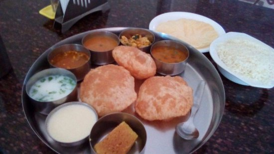 The uta (Thali meals) - Picture of Hotel Mayura International