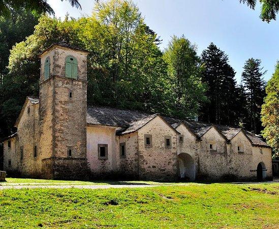 Lizzano in Belvedere, Włochy: Santuario di Madonna dell'Acero, come tante casette affiancate
