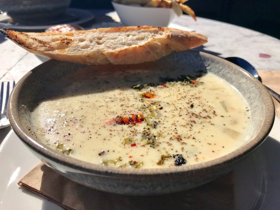 Spinnakers Brewpub and Guesthouses: Tasty west coast chowder at Spinnakers