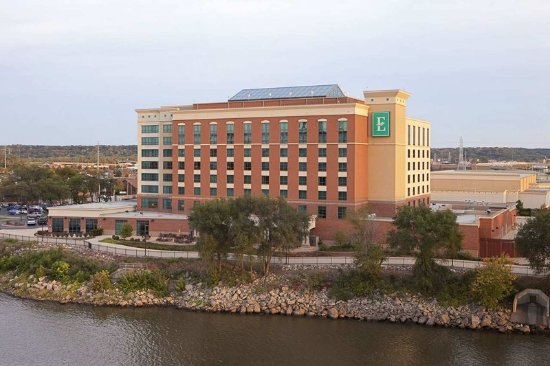 East Peoria, IL: Hotel Exterior and River
