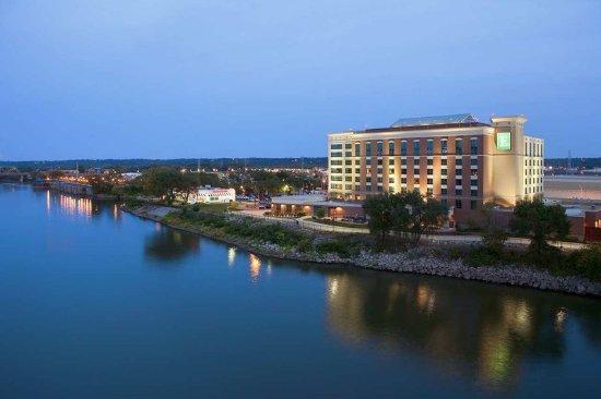 East Peoria, IL: Embassy Suites at Night
