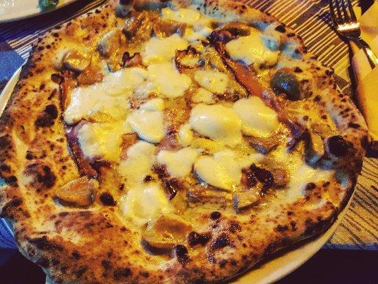 Madness Pizza Caffè: mozzarella, pancetta, funghi e scaglie di grana