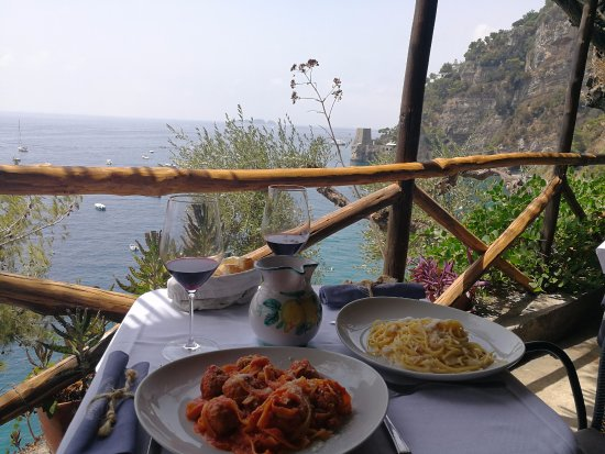 LO Guarracino: Perfect view with pasta and wine