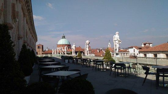 la terrazza della Basilica Palladiana e i tetti e le cupole e i ...
