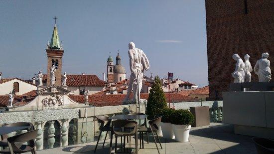 dalla balaustra della terrazza della Basilica palladiana si vedono ...