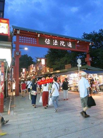 Asakusa Denpoin-dori : 晚上仍好多遊人