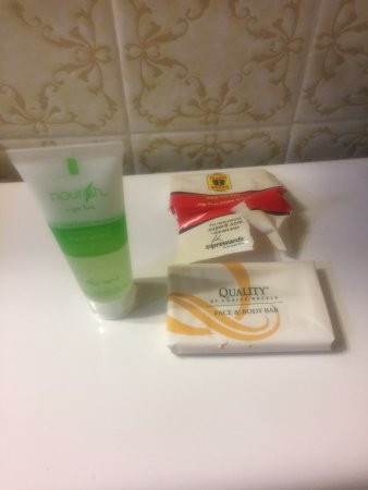 Owen Sound, Canada: The soaps in our bathroom were from other hotels