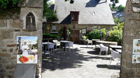 Hostellerie le Moulin de Rosmadec: accès au moulin par la venelle municipale