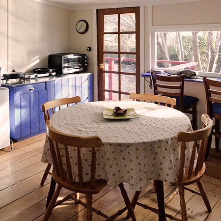 Platypus Riverside Cottage: Dining and kitchen with breakfast bar overlooking river