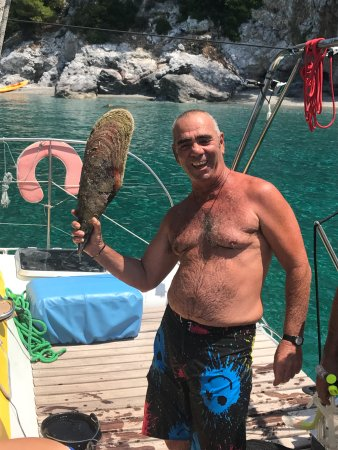 Skiathos Town, Greece: Captain George diving for big clam