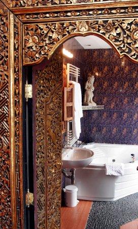 Brussels Welcome Hotel: salle de bain de notre DELUXE SUPÉRIEURE avec JACUZZI DOUBLE