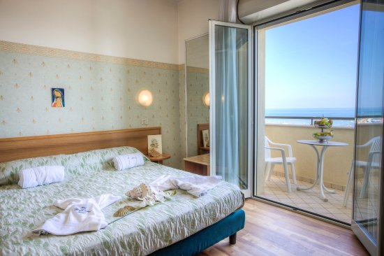 Hotel san francisco spiaggia rimini recenzie a for Camera diretta