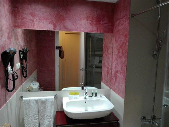 Hotel Exe Prisma: Baño principal