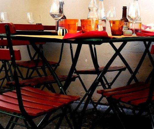 Osterai Dal Manzo, Terrasse chaise en fer et bois, inconfort assuré ...