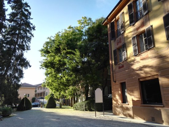 Serralunga d'Alba, Italien: Zona foresteria