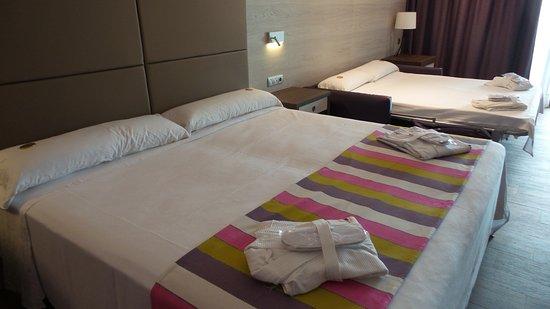 MedPlaya Hotel Pez Espada: Albornoz y zapatillas, chocolates de bienvenida...