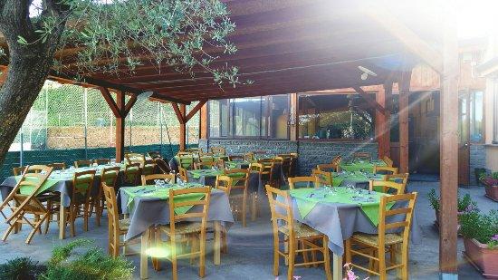 Bassano Romano, Italy: Il Peperino...in estate...tavoli all' aperto...